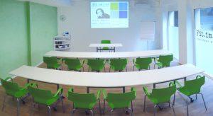 Fit.im.Hof Seminarraum mit Tischen